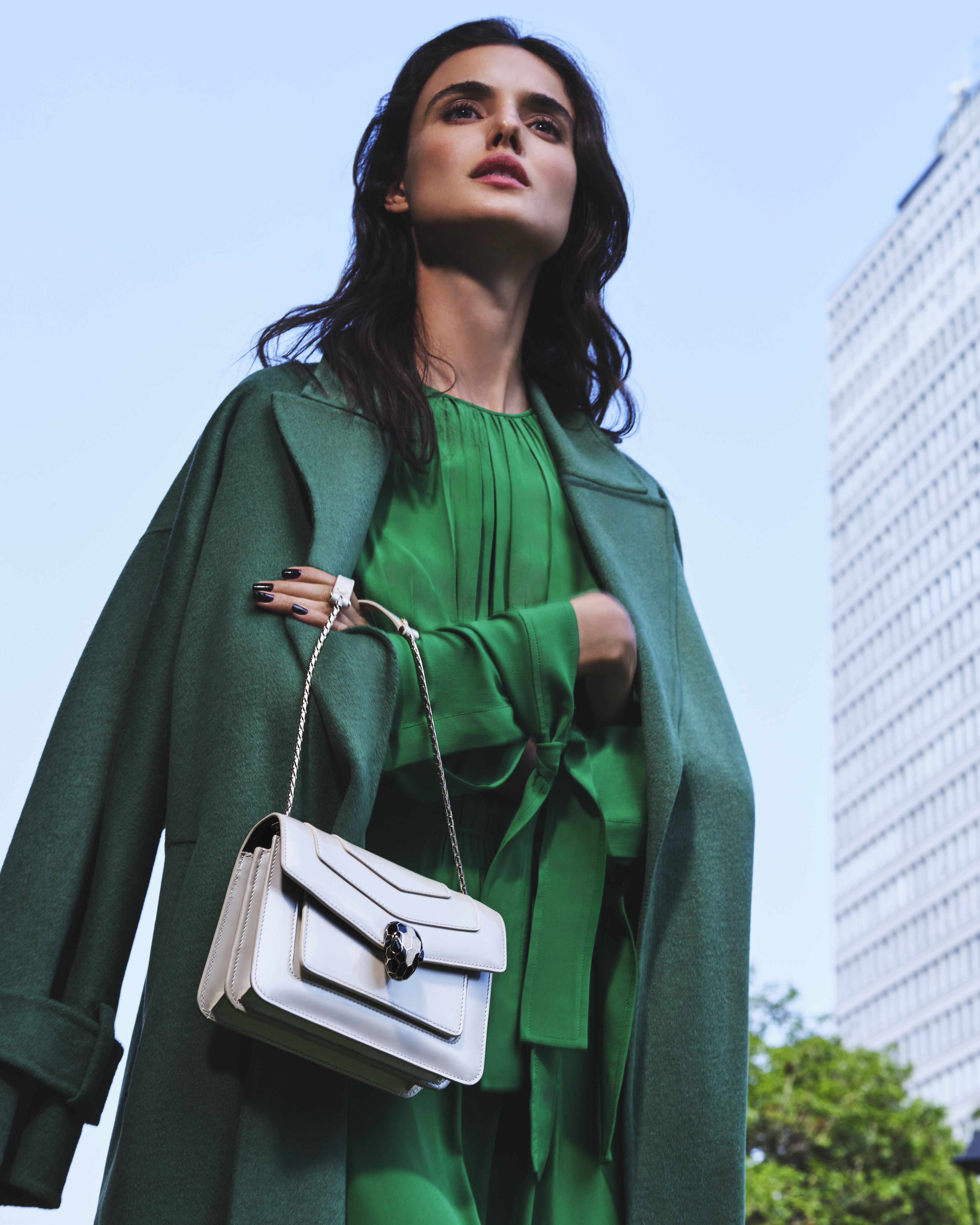 200729 Bvlgari UrbanJungle 12 044 d CROP - Campaña de accesorios SS21 de Bvlgari tiene como protagonista a española Blanca Padilla