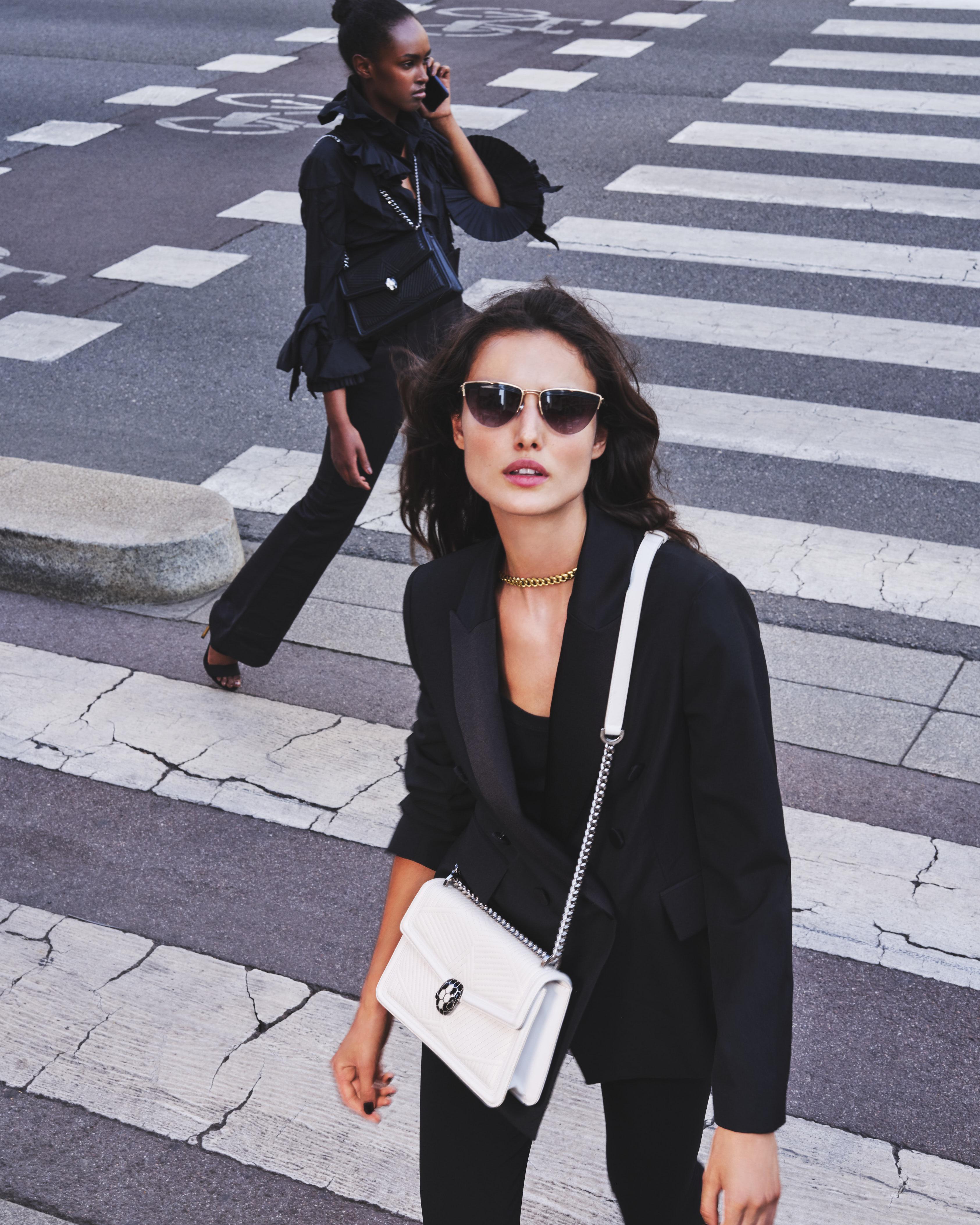 200729 Bvlgari UrbanJungle 17 063 d CROP - Campaña de accesorios SS21 de Bvlgari tiene como protagonista a española Blanca Padilla
